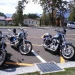 支笏湖温泉の駐車場に私のスポーツスターとまきんぼ夫妻のSteedを並べて