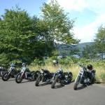 JUNK RIDE製ハーレーダビッドソンをクッタラ湖の駐車場に並べて。
